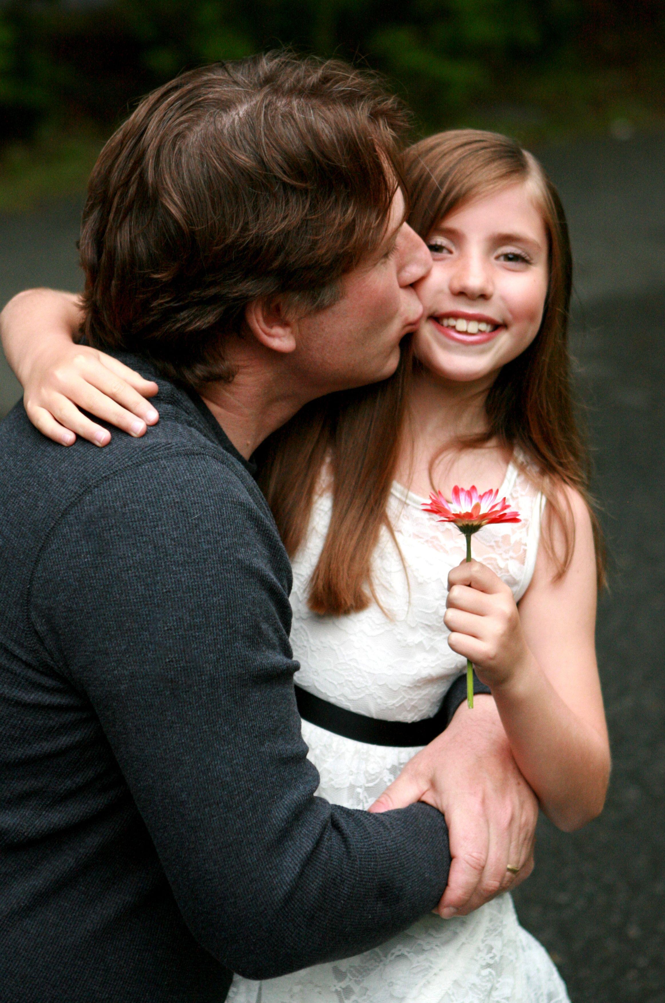 Hình ảnh cha thơm má con gái mình