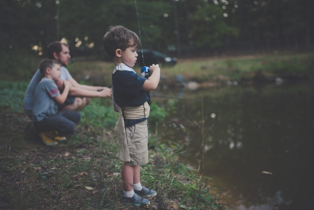 Hình ảnh cha và con cùng đi câu cá