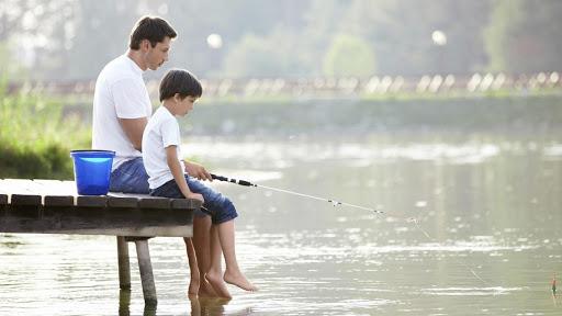 Hình ảnh cha và con cùng nhau đi câu cá