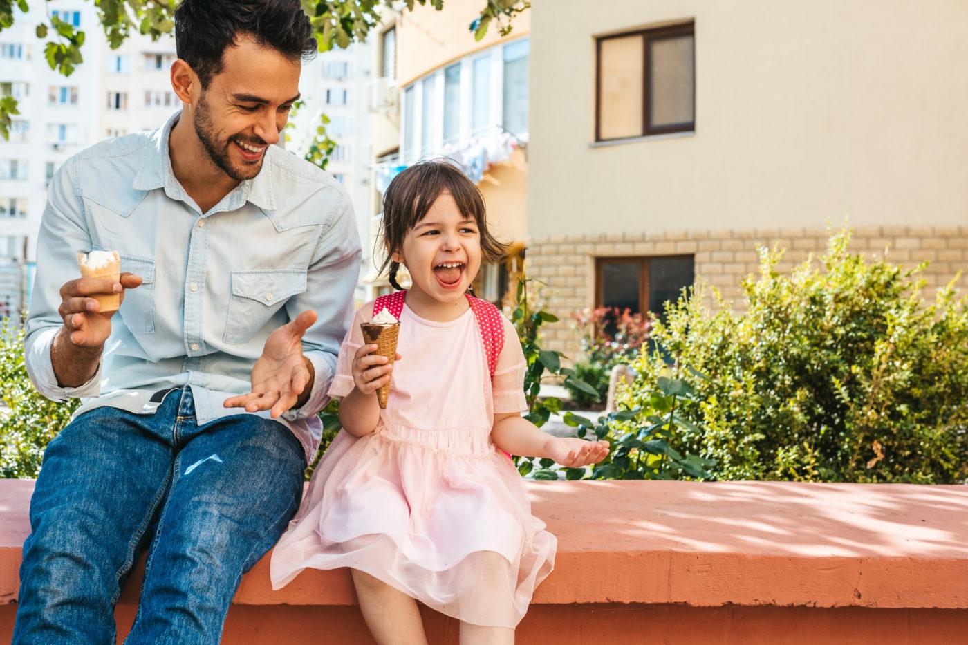 Hình ảnh cha và con gái cùng ăn kem