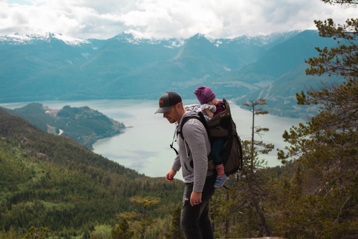 Hình ảnh cha và con gái cùng nhau đi du lịch