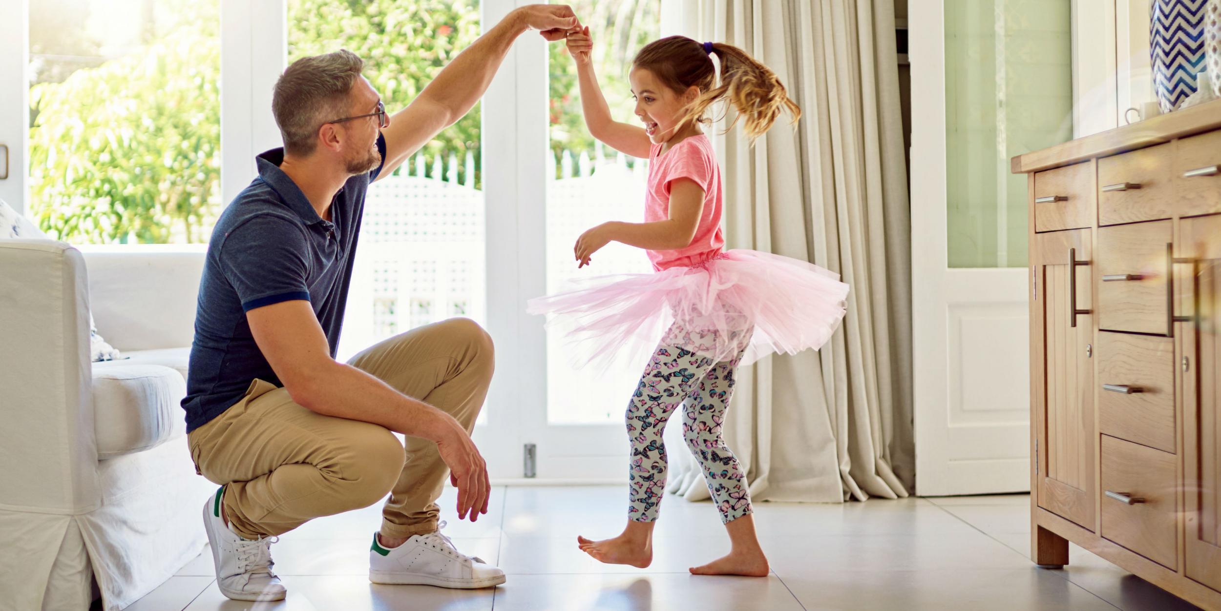 Hình ảnh cha và con gái cùng nhau khiêu vũ