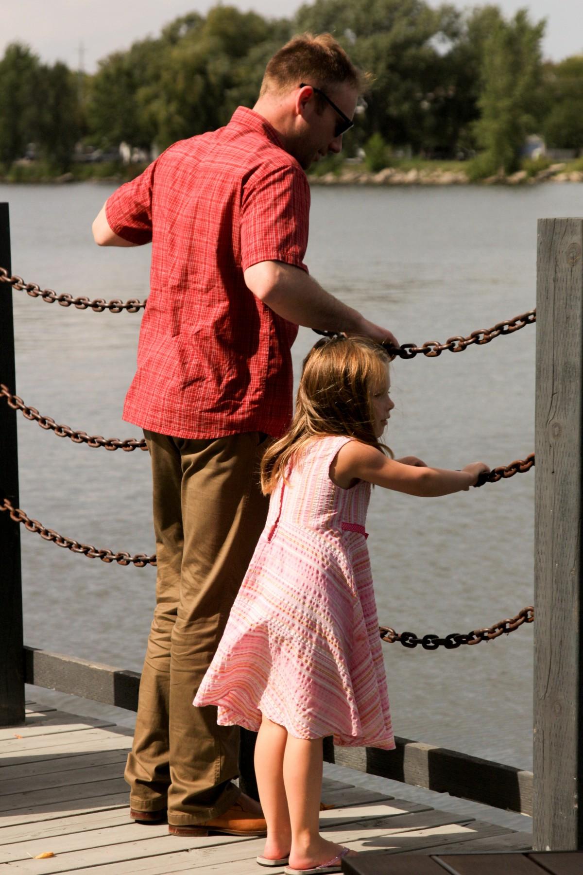 Hình ảnh cha và con gái đang cùng xem cái gì đó