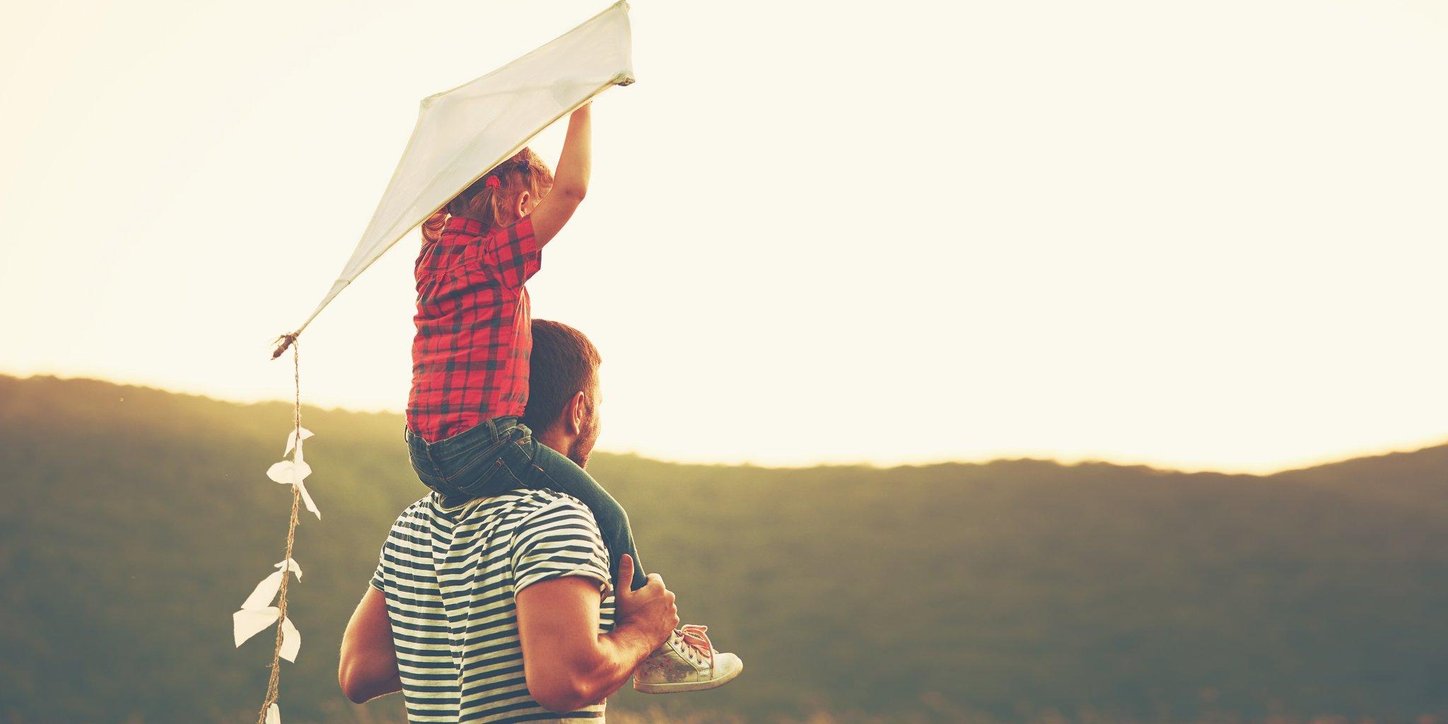 Hình ảnh cha và con gái đi thả diều