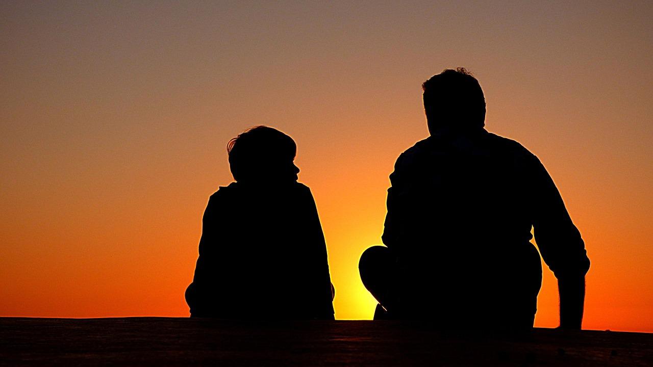 Hình ảnh cha và con ngồi cạnh bên nhau