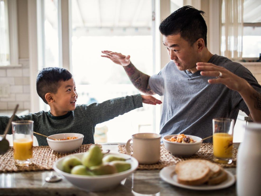 Hình ảnh cha và con trong bữa ăn sáng