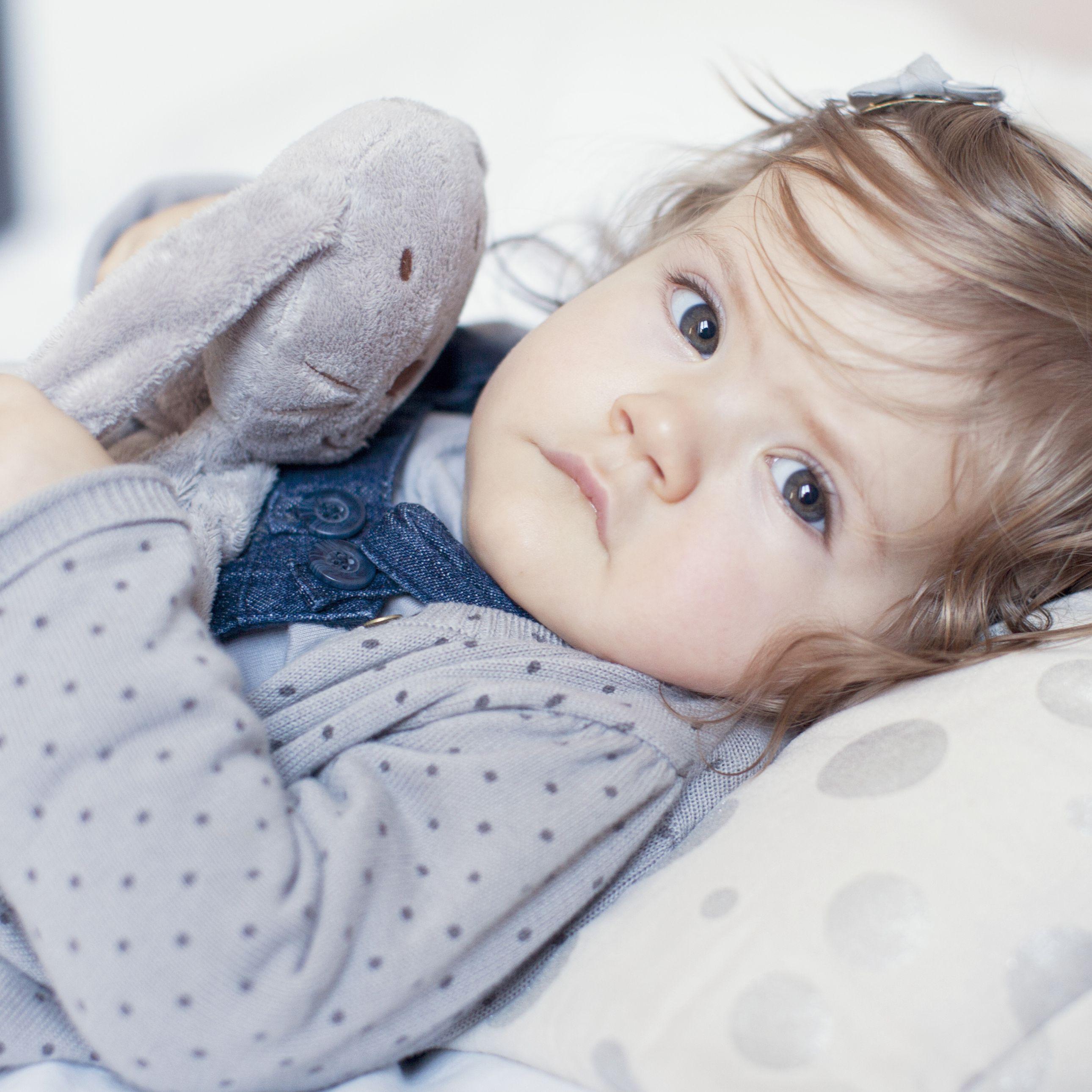 Hình ảnh đứa bé xinh đẹp đang mếu