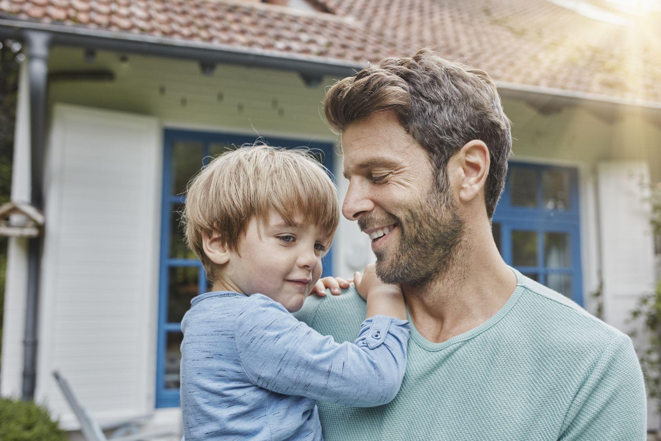 Hình ảnh người cha bế con, nhìn con cười