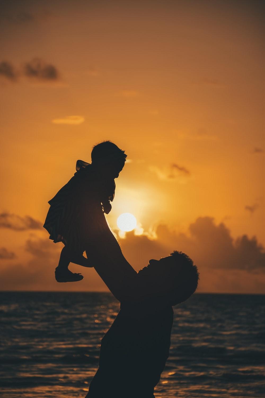 Hình ảnh người cha bế đứa con gái bé bỏng lên cao