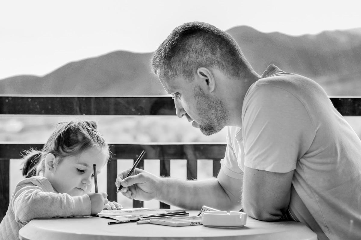 Hình ảnh người cha dạy con học vẽ