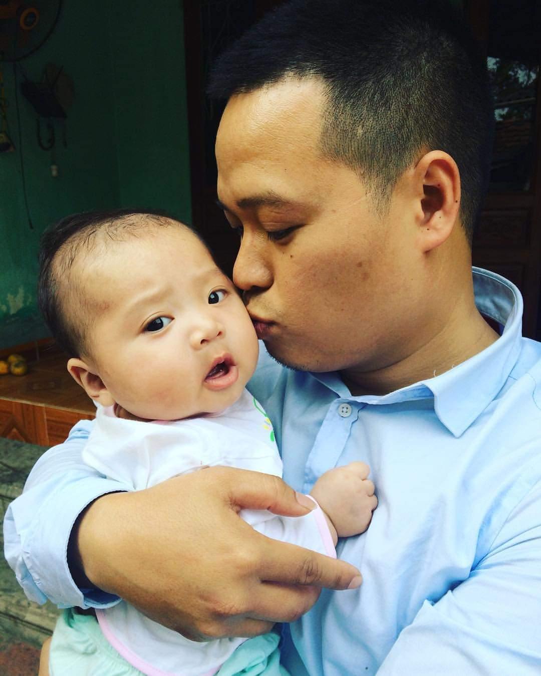 Hình ảnh người cha thơm má con mình