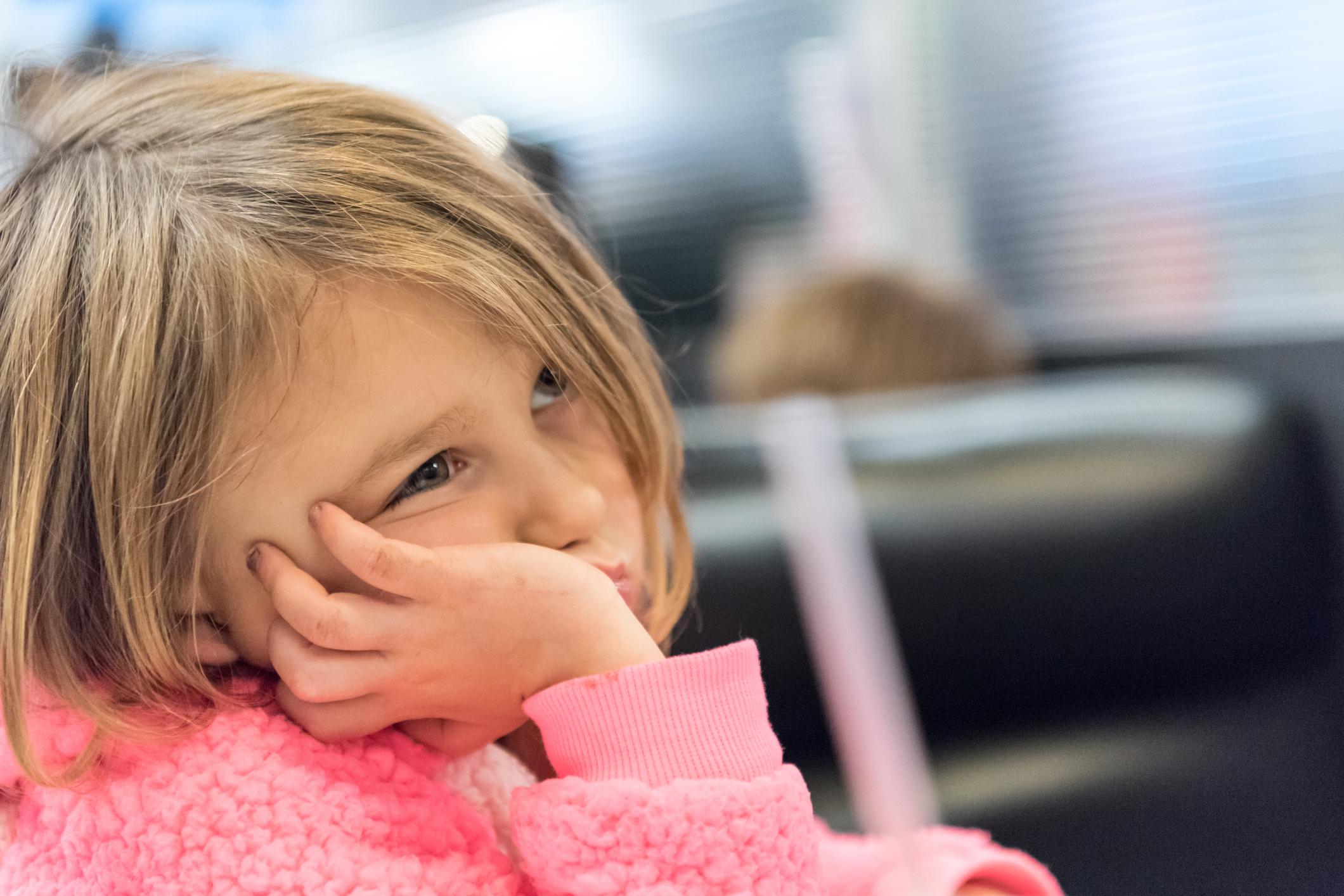 Hình ảnh trẻ em đẹp, đứa bé chống cằm suy tư