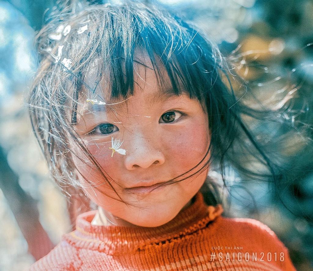 Hình ảnh trẻ em đứa bé gái với đôi mắt hồn nhiên