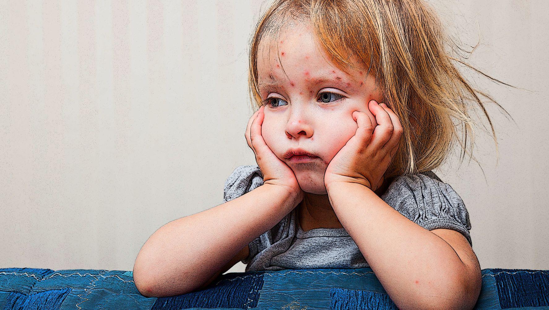 Hình ảnh trẻ em đứa bé trông có vẻ buồn