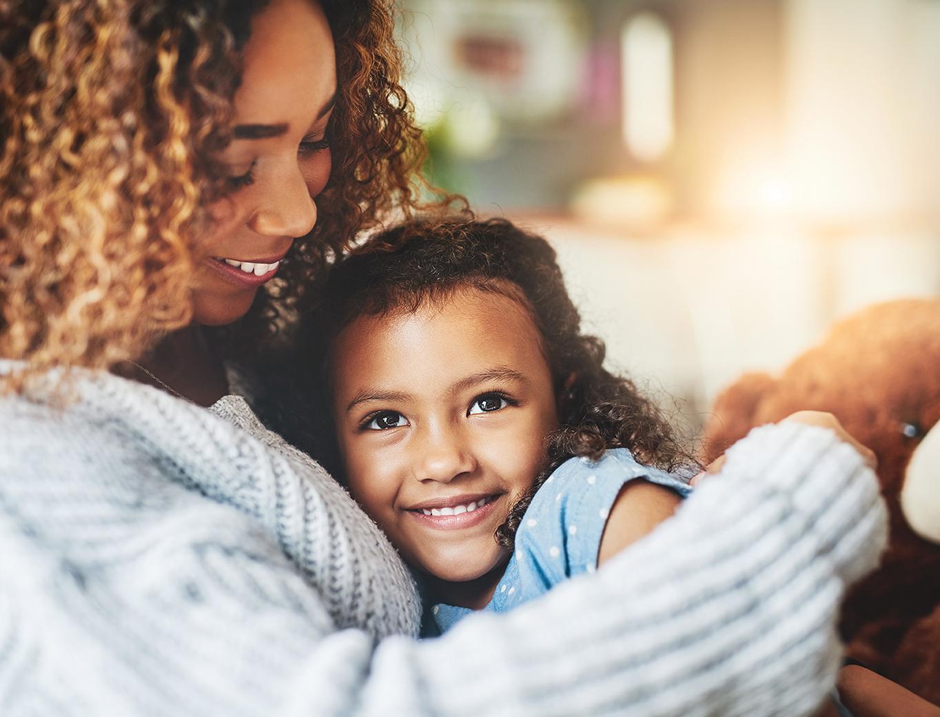 Hình ảnh trẻ em đứa bé tựa vào lòng mẹ