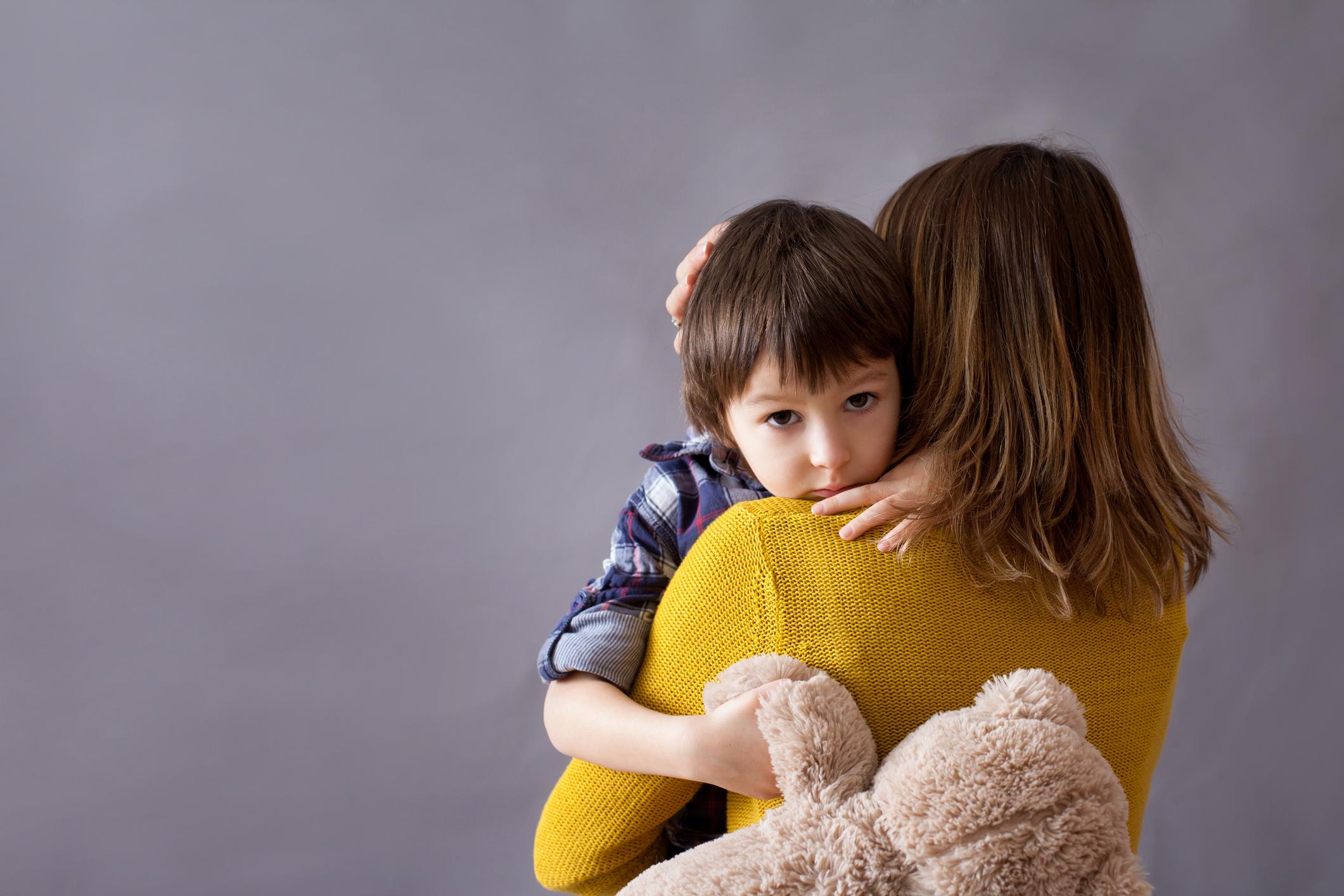 Hình ảnh trẻ em được mẹ bế