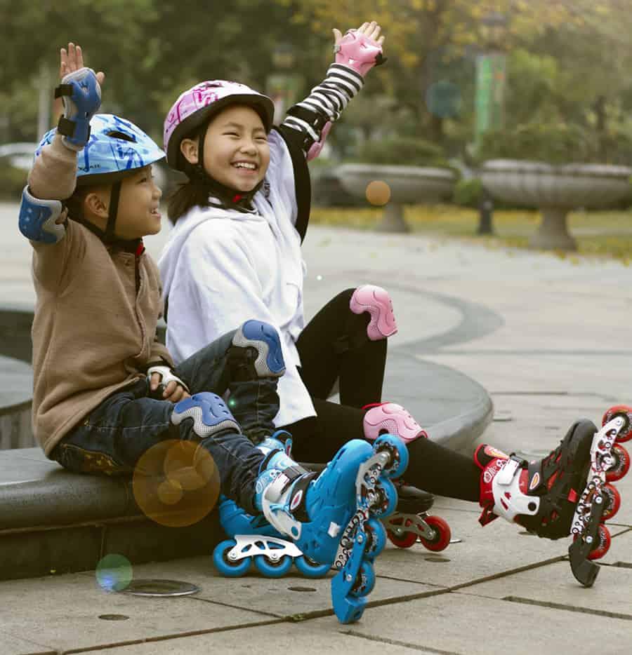 Hình ảnh trẻ em hai đứa cùng chơi patin