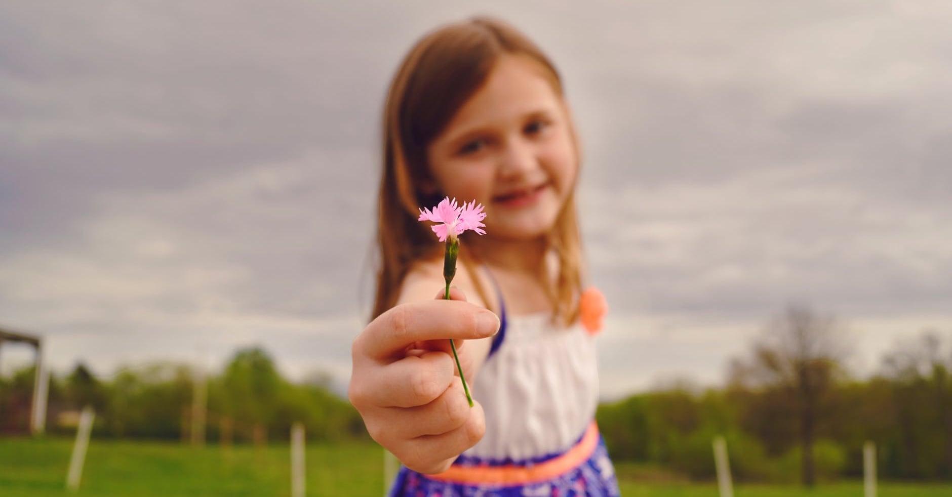 Hình ảnh trẻ em tặng bông hoa đẹp