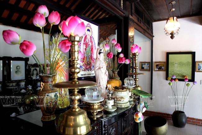 Cách cắm hoa sen trên bàn thờ cực đẹp
