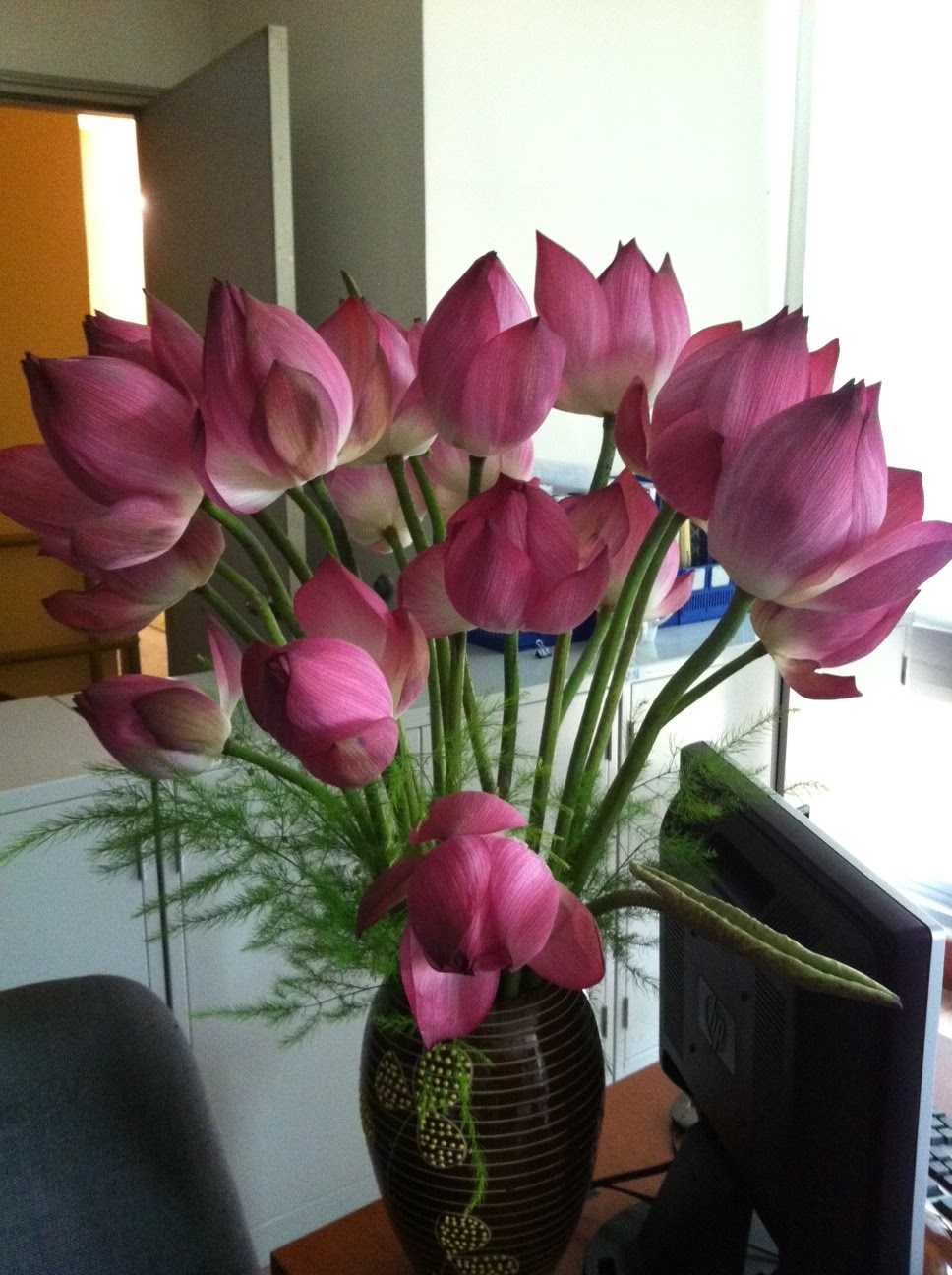 Cách cắm hoa sen trong lọ hoa cực đẹp