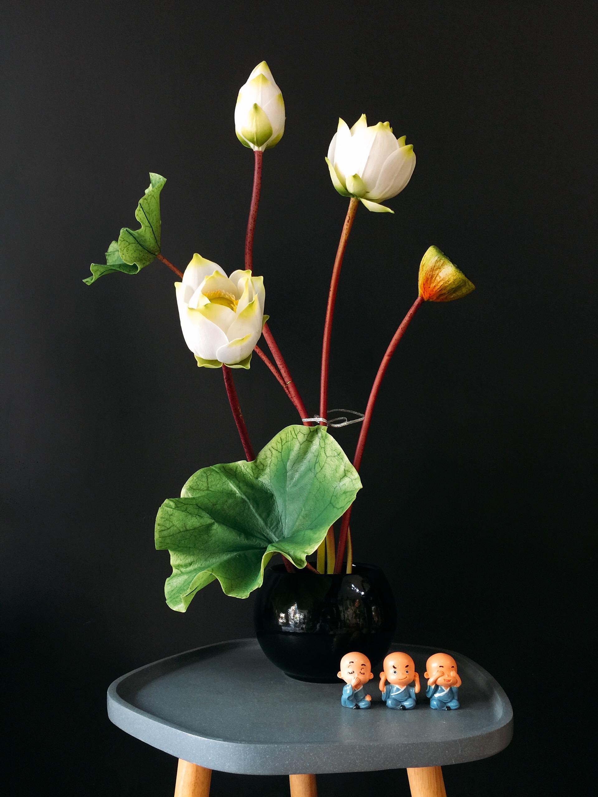 Cắm hoa sen trắng trong lọ đen cực đẹp