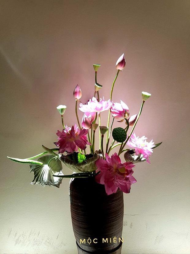 Cắm hoa sen trong lọ sứ đất cực đẹp