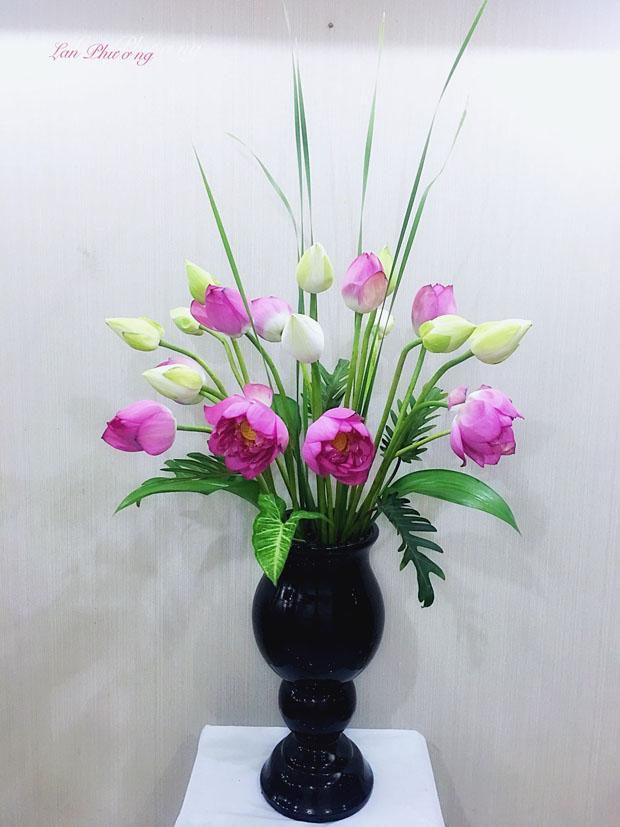 Cắm sen vào lọ hoa đen cực đẹp