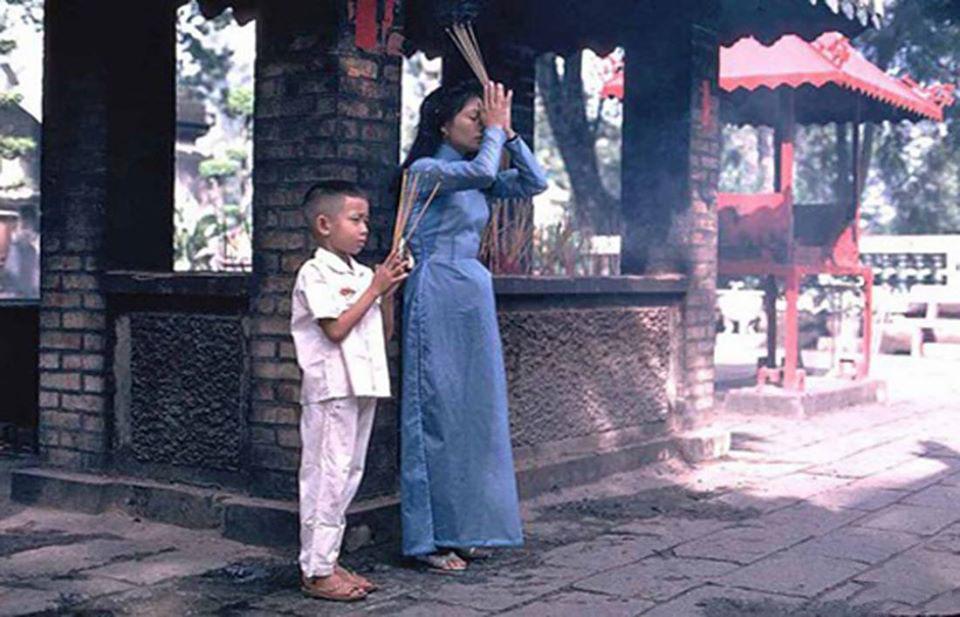 Hình ảnh đi lễ chùa ngày tết xưa