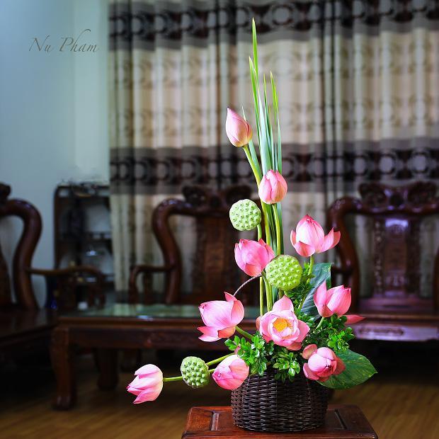 Mẫu cắm hoa sen trong giỏ hoa rất đẹp