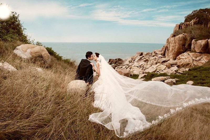 Ảnh cưới hôn nhau bên bờ biển