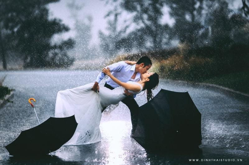 Ảnh hôn nhau dưới mưa lãng mạn