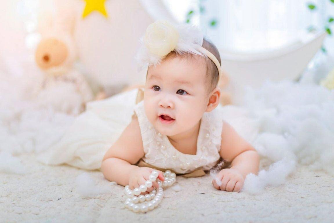Bé gái sơ sinh đáng yêu