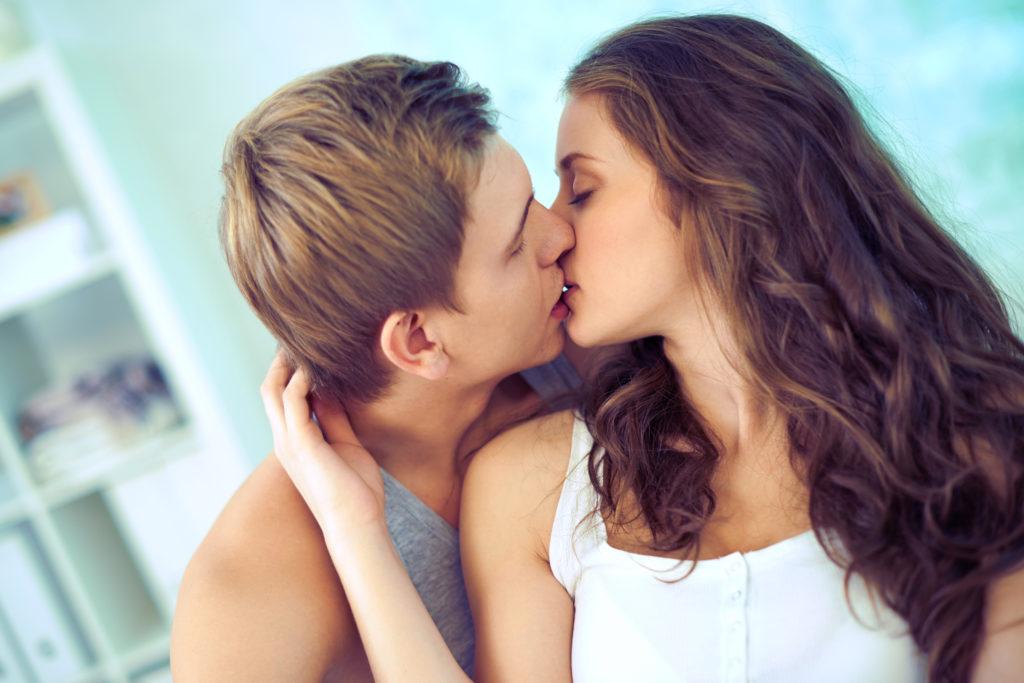 Cảnh hôn nhau lãng mạn