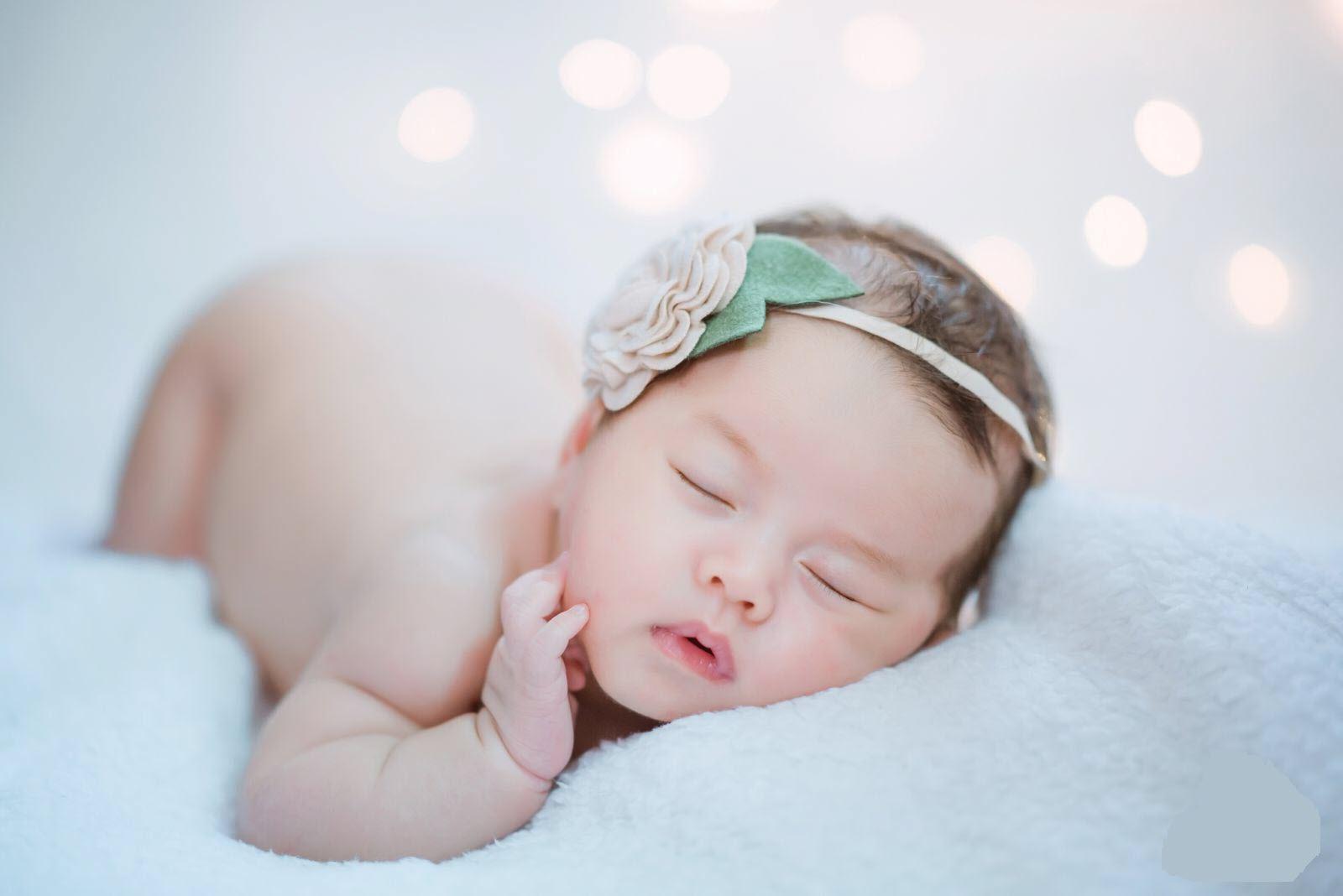 Hình ảnh bé gái sơ sinh đang ngủ