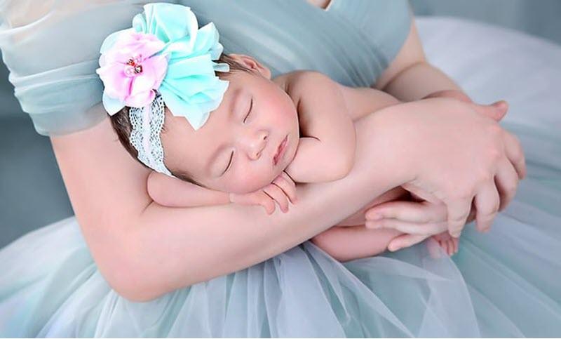Hình ảnh bé gái sơ sinh xinh xắn