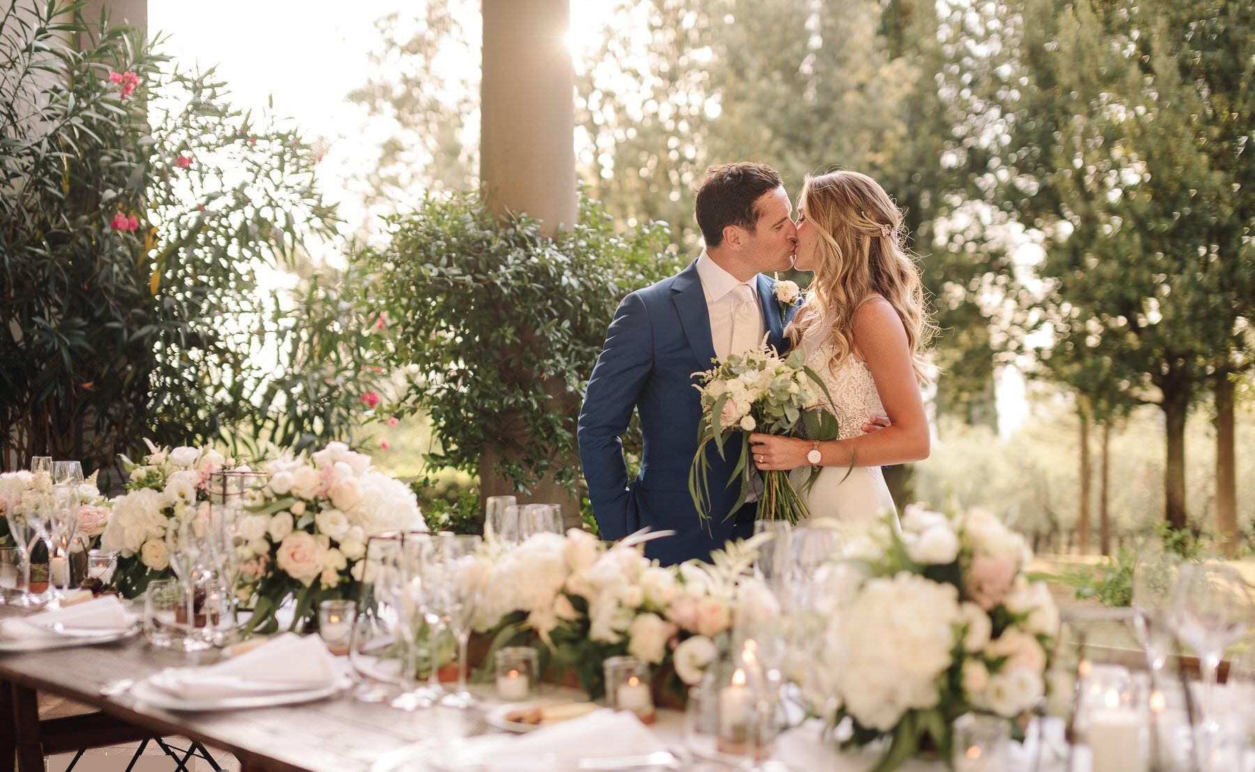 Hình ảnh cặp đôi hôn nhau lãng mạn trong ngày cưới