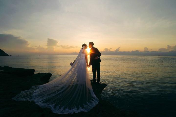 Hình ảnh hôn nhau dưới ánh hoàng hôn lãng mạn