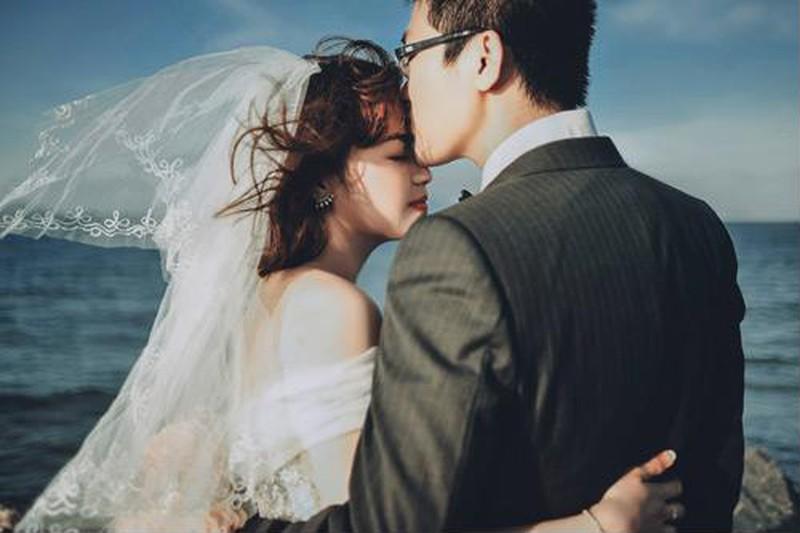 Hình ảnh nụ hôn đẹp lãng mạn nhất của cô dâu chú rể