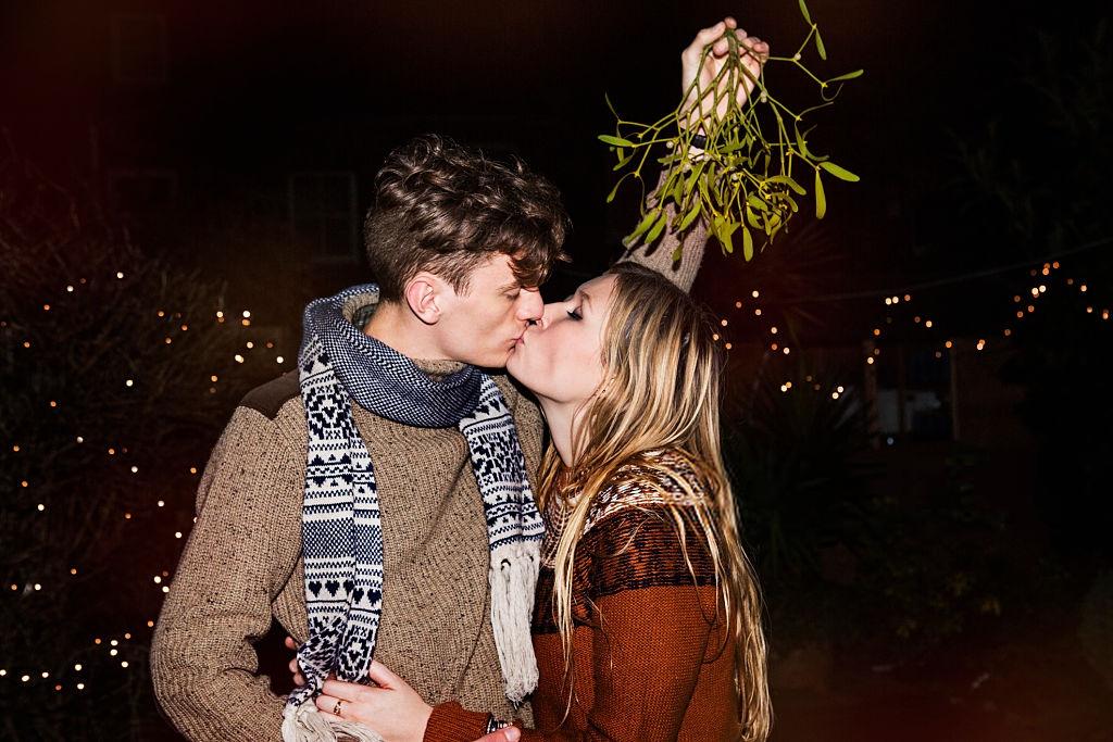 Hôn nhau đêm giáng sinh lãng mạn