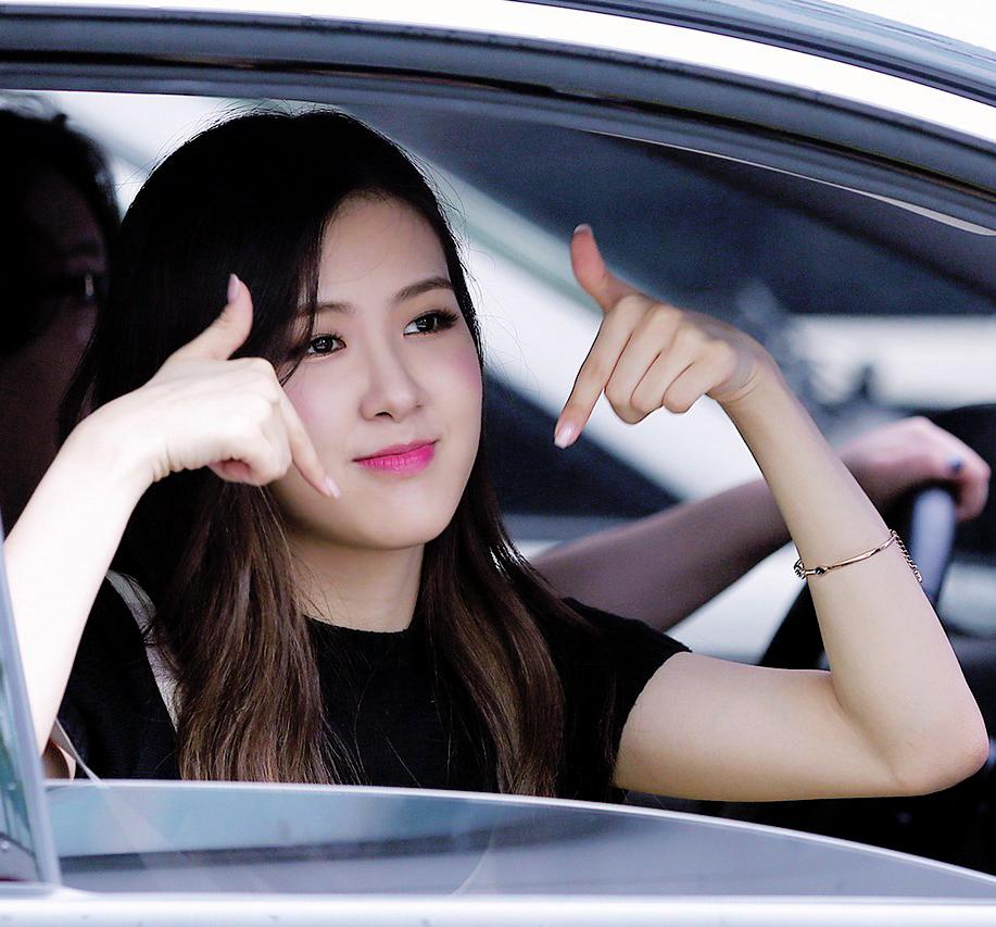 Hình ảnh dễ thương của Rosé trên xe ô tô