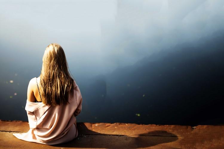 Hình ảnh cô gái thất vọng trong tình yêu