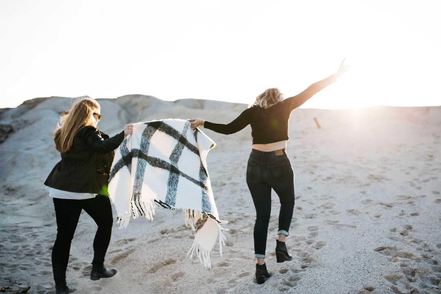 Hình ảnh hai cô gái cùng đi dưới trời nắng