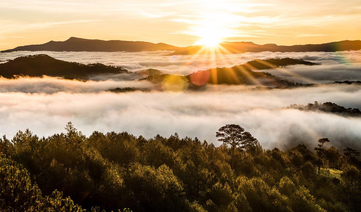 Hình ảnh nắng đẹp trên rặng núi mây mù
