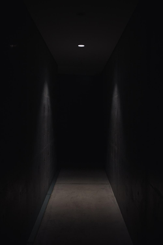 Hình nền đen trắng điện thoại lối đi u tối