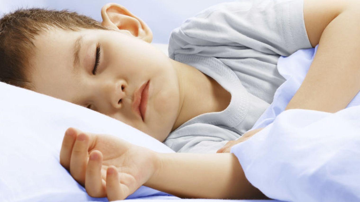 Hình ảnh cậu bé khó ngủ nhăn nhó