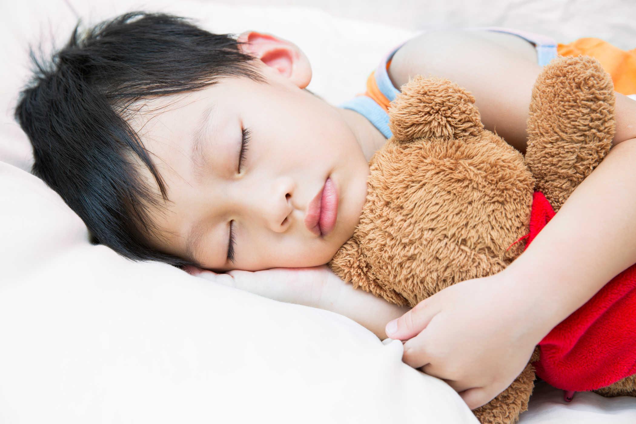 Hình ảnh cậu bé khó ngủ ôm gấu