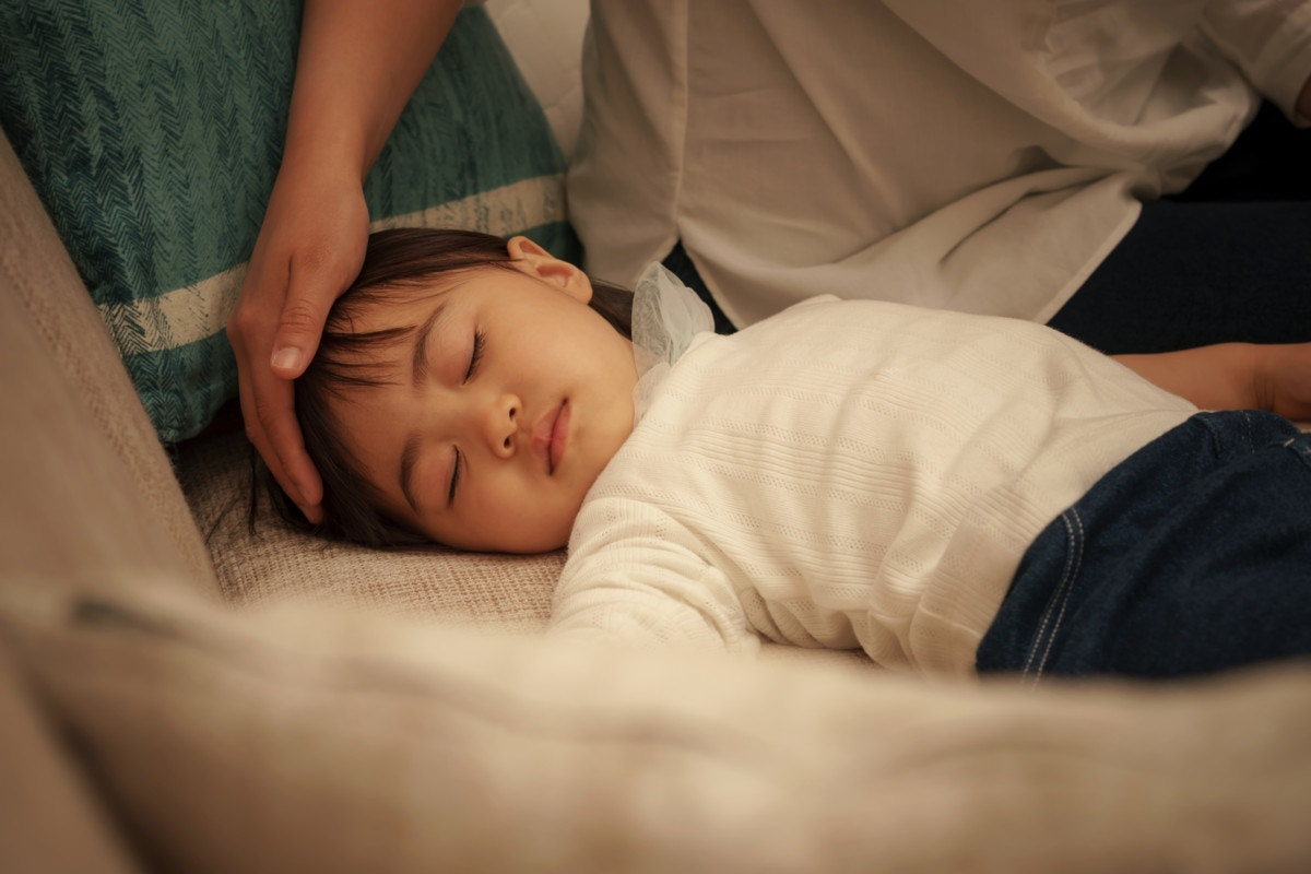 Hình ảnh cô bé khó ngủ cần mẹ ở bên