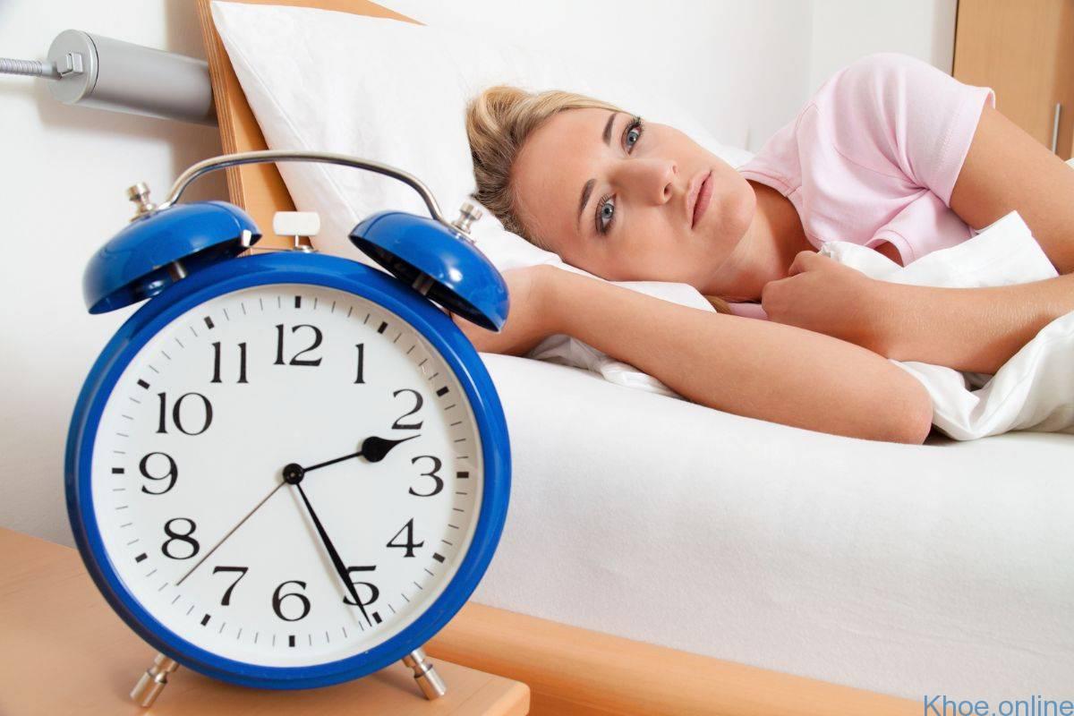 Hình ảnh cô gái khó ngủ buồn bực