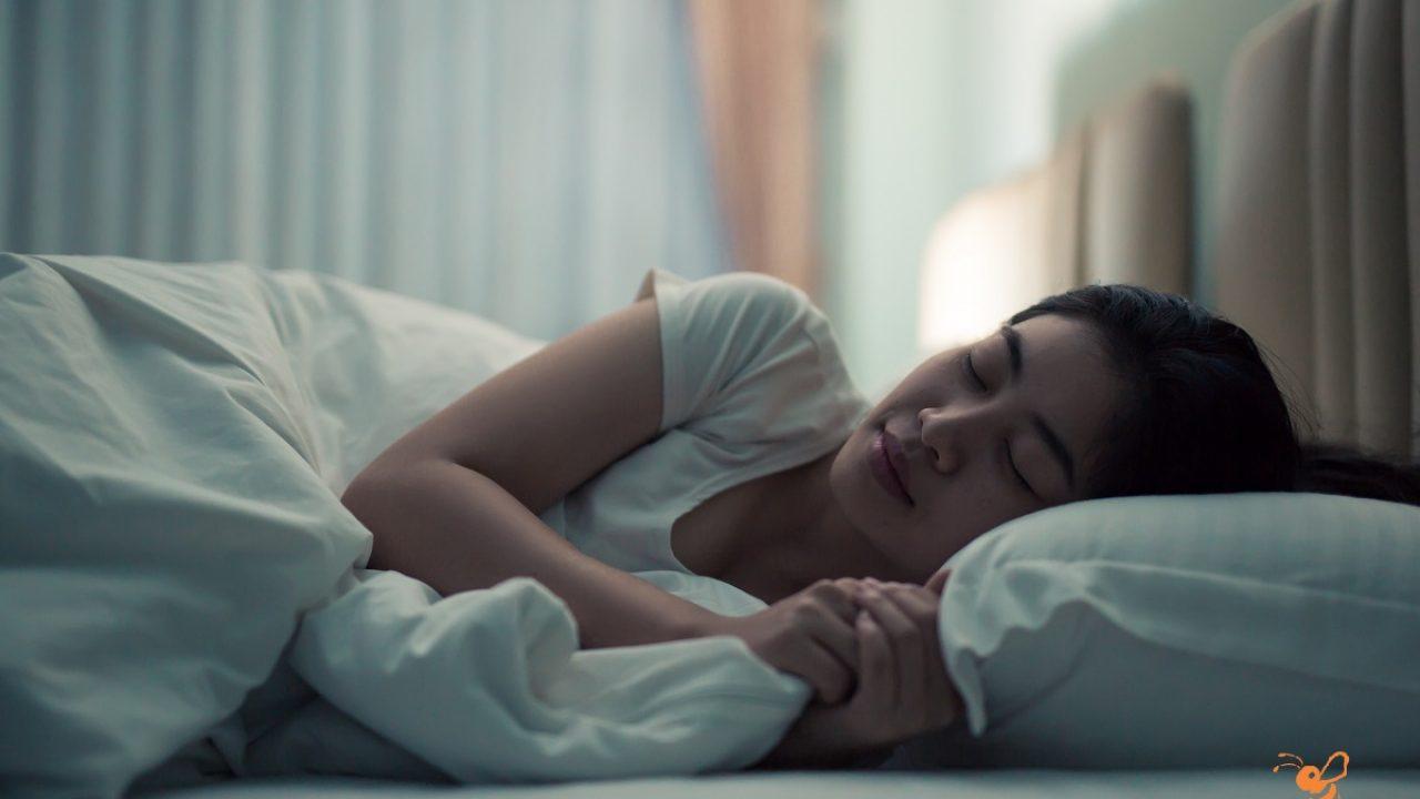 Hình ảnh cô gái khó ngủ không ngủ được