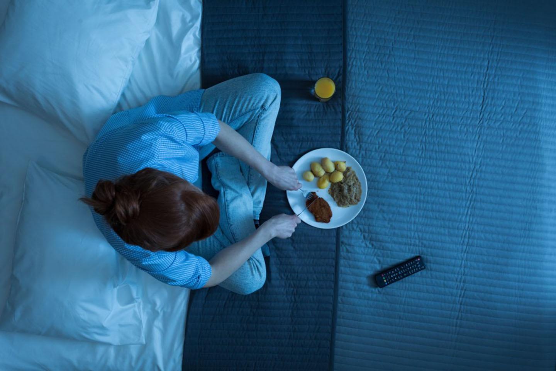 Hình ảnh cô gái khó ngủ phải thức dậy ăn khuya